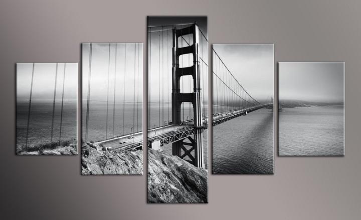 Černobílý obraz mostu